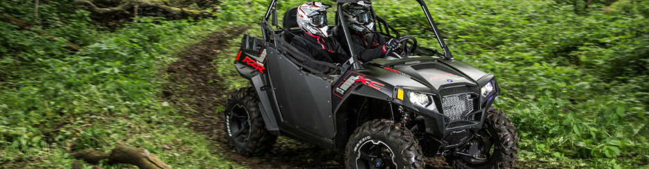 2014.polaris.rzr800xc.black_.front-right.riding.through-woods